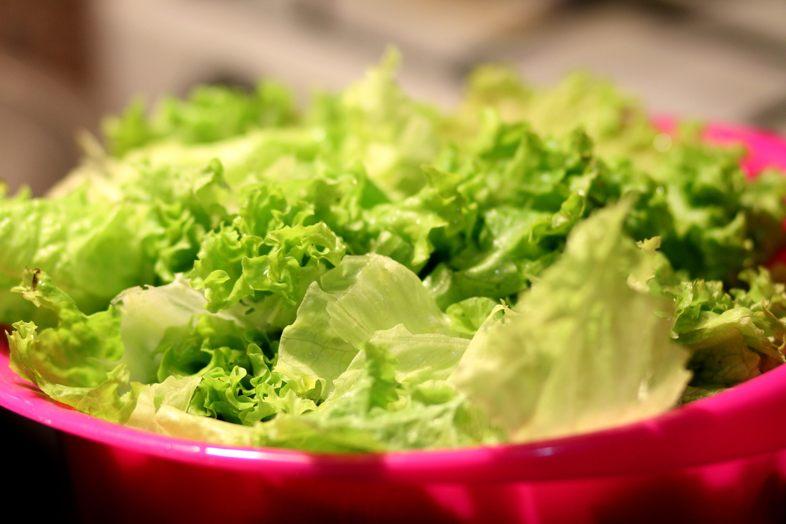 Un metodo è quello di conservare la lattuga in un contenitore di plastica